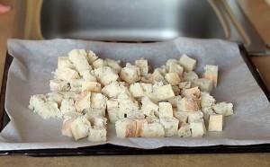 На пергамент выкладываем хлеб