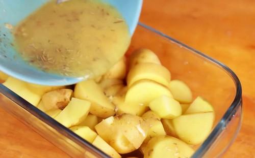 Поливаем картофель соусом