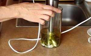 В оливковое масло добавляем яйцо