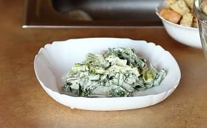 Выкладываем листья салата