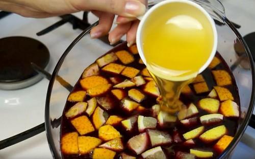 Добавляем мед в глинтвейн
