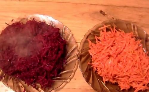 Обжариваем свеклу и морковь