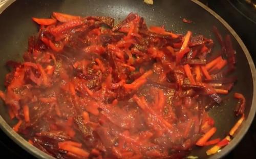 Перемешиваем с томатной пастой