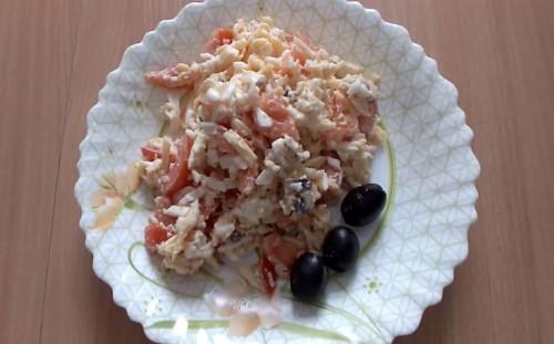 Салат с морепродуктами готов