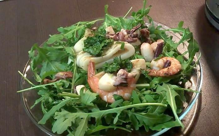 Салат из морепродуктов и рукколы