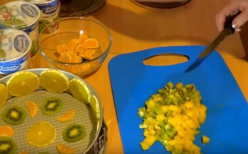 Нарезаем оставшиеся фрукты
