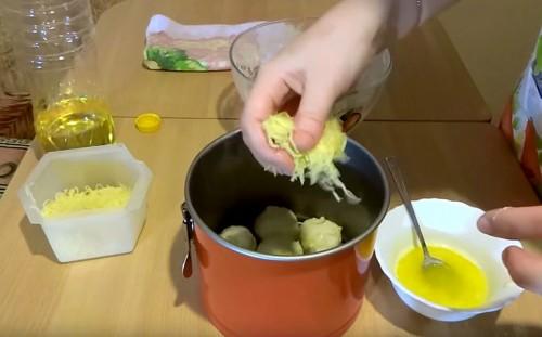 Посыпаем шарики тертым сыром