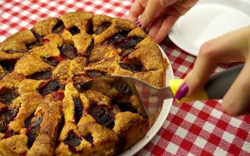 Сливовый пирог готов