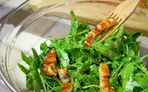 Выкладываем рыбу на салат