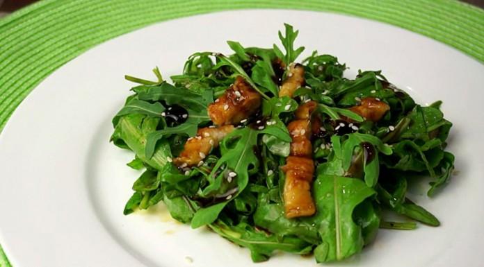 Салат из рукколы с угрем