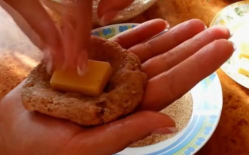 Кладем сыр в котлетку