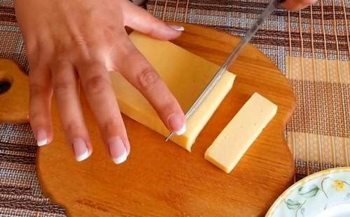 Нарезаем сыр брусочками