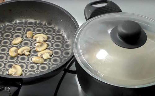 Обжариваем гриб