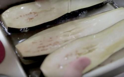 Промываем под водой баклажаны