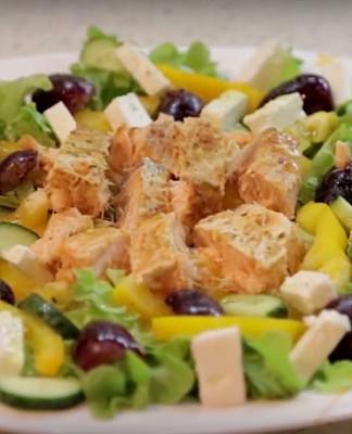 Лосось с зеленым салатом
