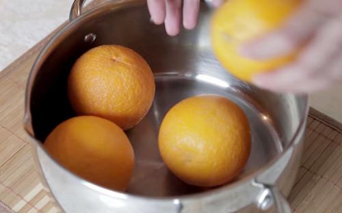 Кладем фрукты в кастрюлю