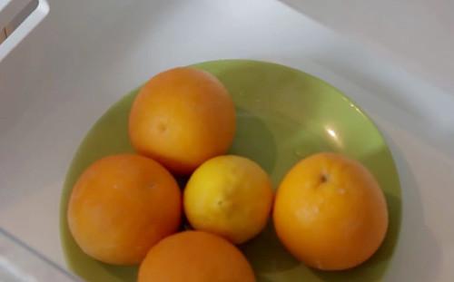 Кладем фрукты в морозилку