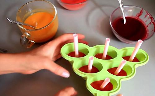 Отправляем клубничный слой в морозилку