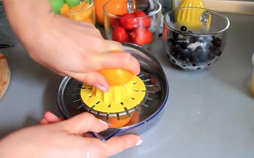 Выжимаем сок из лимона и апельсина