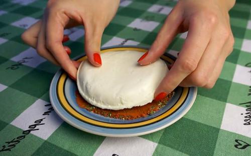 Обваливаем сыр в приправах