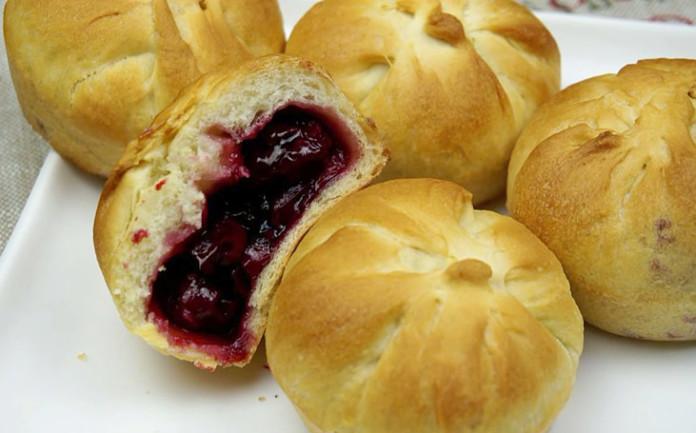 Постные пирожки с вишней