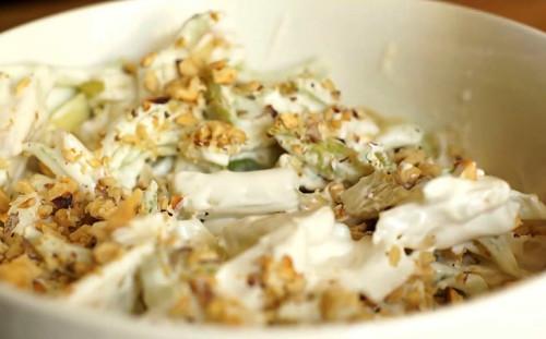 Добавляем орехи в салат