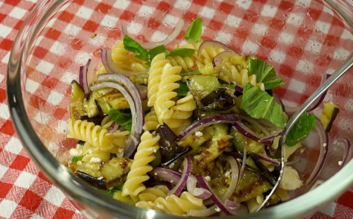 Поливаем салат оливковым маслом и перемешиваем