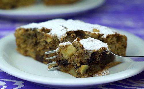 Яблочный пирог с шоколадом готов